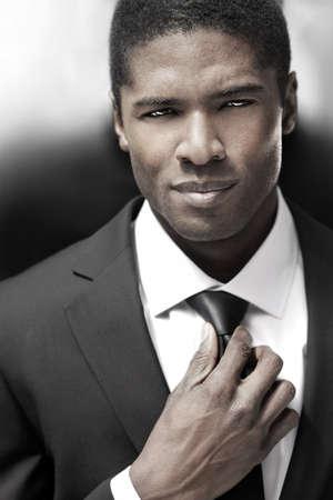 검은 색과 흰색 정장을 입고 섹시한 젊은 세련 된 사업가