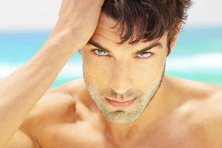 Al aire libre retrato natural cerca de un modelo masculino guapo, con ojos hermosos