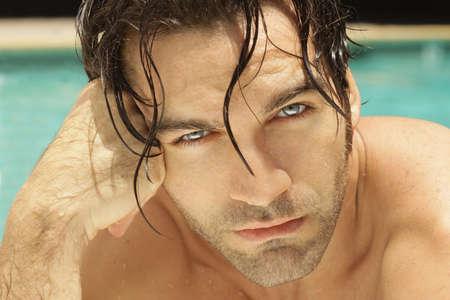 Close-up portret van een sexy jonge man buitenshuis Stockfoto