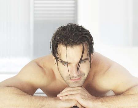 massage homme: Homme s�duisant fixant dans un environnement moderne et lumineux sourire spa d'attente pour les traitements