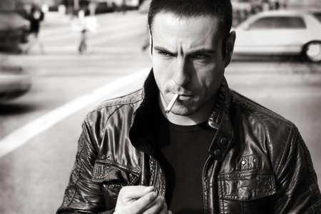 tough: Retrato de estilo retro vintage blanco y negro de un tipo duro sexy en chaqueta de cuero Foto de archivo