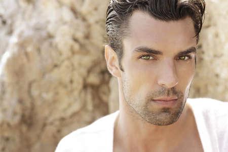 salud sexual: Retrato de un joven muy guapo