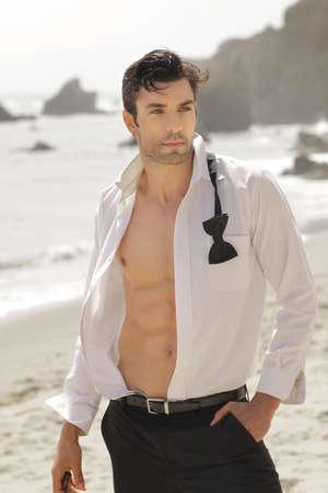 tough: Gran hombre mirando al aire libre, abiertas en forma de camisa blanca ropa formal con cuerpo sexy Foto de archivo