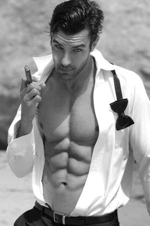 완벽한 복근과 섹시한 몸매 오픈 셔츠에 잘 생긴 섹시한 남자
