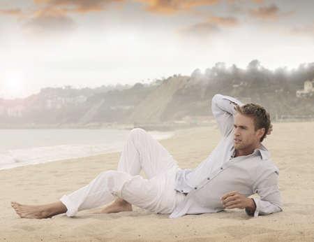 ビーチの上に敷設リラックスした若者