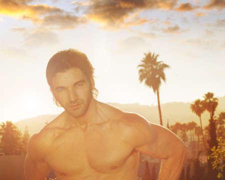 nackte brust: Stilisierte Porträt des sexy junge männliche hunk mit nacktem Oberkörper im Freien mit gealterten Flare-Effekt Lizenzfreie Bilder