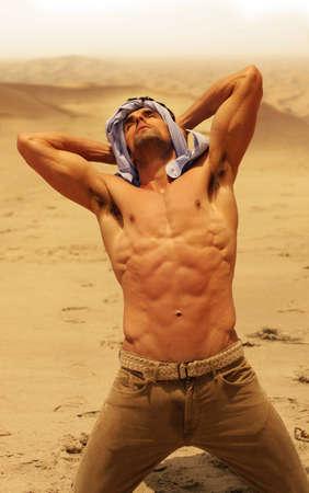 sediento: Hombre musculoso, sin camisa en seco del desierto mirando hacia arriba Foto de archivo