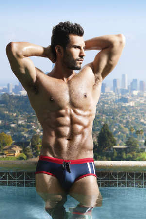 uomo nudo: Moda ritratto di un uomo molto muscoloso sexy in piscina panoramica di lusso