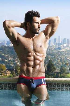 homme nu: Mode portrait d'un homme tr�s muscl� sexy dans la piscine de luxe panoramique