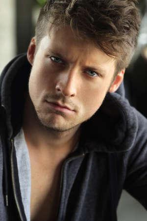 jeune mec: Close-up portrait d'un beau jeune homme