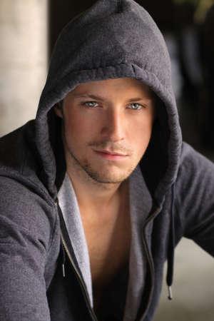 sweatshirt: Coole junge dude in grauen Kapuzen-Jacke mit sexy Grinsen auf seinem Gesicht Lizenzfreie Bilder