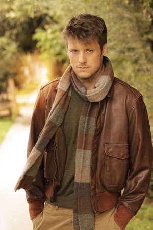 maglioni: Giovane uomo bello in ambiente autunno all'aperto indossare abiti alla moda
