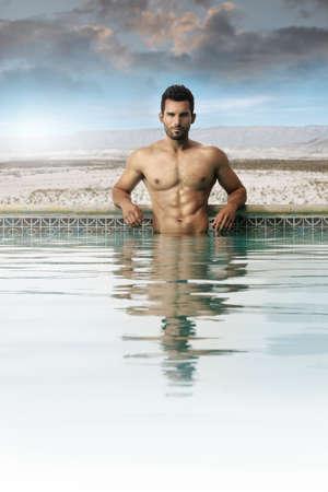 hombre desnudo: Sexy modelo masculino en una piscina