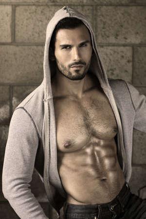 uomo nudo: Giovane uomo bello macho con giacca aperta rivelando petto muscoloso e abs