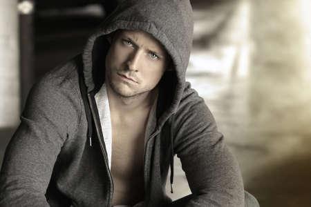 jeune mec: Cool jeune homme en veste � capuchon Banque d'images