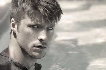 Portret van een knappe jonge man tegen de moderne achtergrond met kopie ruimte Stockfoto