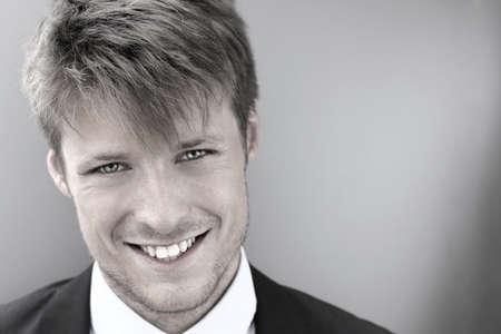 Gestileerde koele portret van een gelukkig lachende jonge zakenman