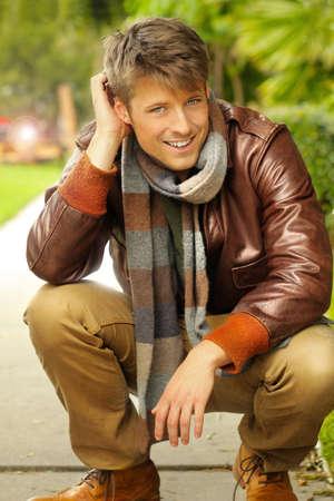 hombre: Hombre joven guapo con una sonrisa agradable al aire libre en ropa casual Foto de archivo
