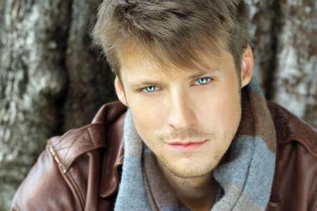 beau jeune homme: Jeunes en plein air bel homme