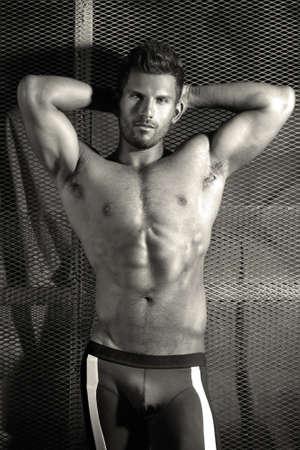 var�n: Retrato de cuerpo sexy de un hombre guapo muy muscular