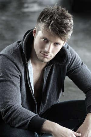 viso uomo: Ritratto di un giovane modello di bel maschio