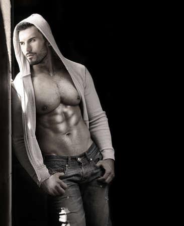 hombre desnudo: Joven apuesto hombre macho con chaqueta abierta revelando musculoso pecho y los abdominales, con copia espacio Foto de archivo