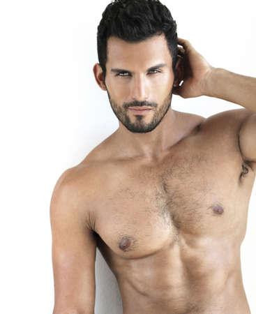 m�nner nackt: Sexy shirtless fit m�nnlichen Model vor wei�em Hintergrund
