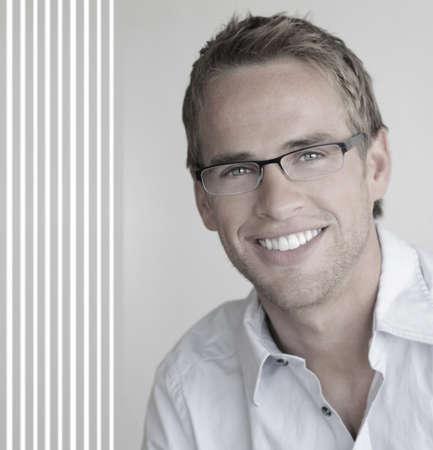 복사 공간 중립 배경에 대해 패션 안경을 착용하는 좋은 미소를 가진 젊은 잘 생긴 남자 스톡 콘텐츠