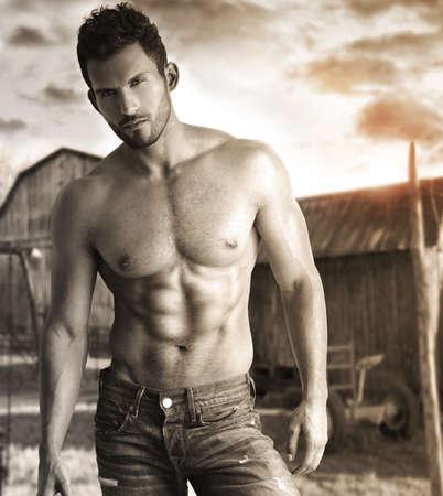 naked man: Retrato tonos sepia de un modelo masculino hunky en entorno r�stico nost�lgico al aire libre