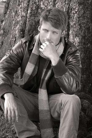 古典的な服を着て若い男性モデル屋外秋ジャケットやスカーフ 写真素材