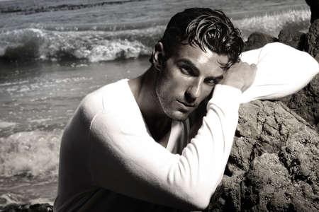 Fashion portret van een knappe man in exotische mooie strand landschap Stockfoto