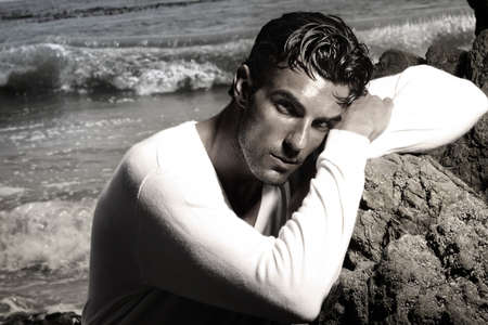 caballeros: Retrato de un hombre hermoso en paisaje ex�tico hermosa playa