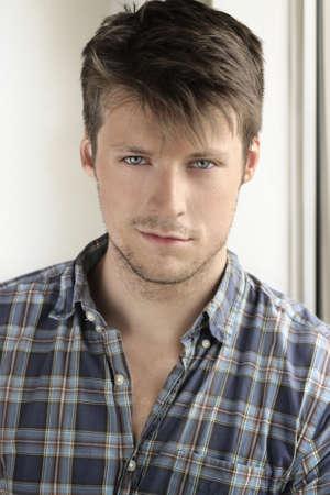 Portret van een jonge aantrekkelijke toevallige man Stockfoto