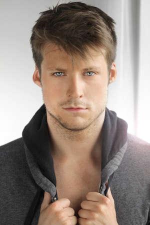 modelos hombres: Retrato de un modelo masculino joven con gran cara y las manos en la chaqueta Foto de archivo