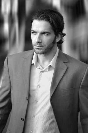 cabello negro: Retrato de hombre elegante en traje al aire libre