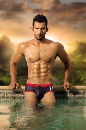 uomini nudi: Sexy modello maschile con grande corpo e abs in piscina