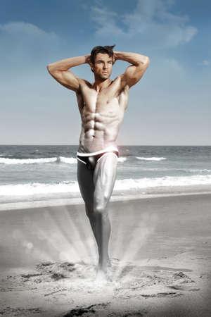 Stylisé portrait conceptuel sexy d'un modèle très musclé homme torse nu dans sensuelles pose la transformation de l'argent en noir et blanc à la couleur Banque d'images - 16333296