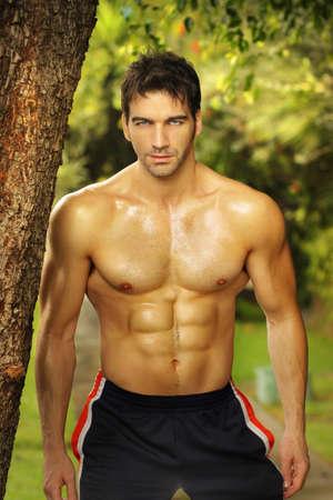 hombres musculosos: Natural retrato de un modelo muy en forma al aire libre masculino Foto de archivo