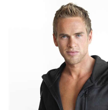 hombre fuerte: Joven atractivo hombre sano contra el fondo blanco, con copia espacio Foto de archivo