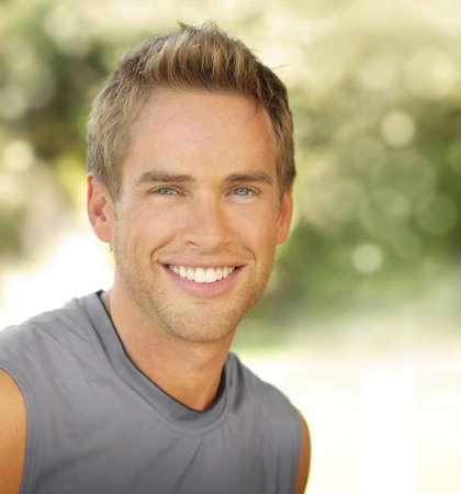 sonrisa: Satisfecho sonriente joven al aire libre masculinos con copia espacio Foto de archivo