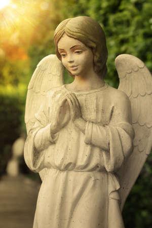angel de la guarda: Hermosa estatua de un ángel rezando