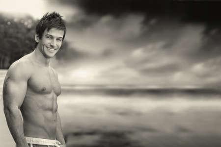 hombre sin camisa: Clásico retrato al aire libre de una gran apariencia sin camisa modelo muscular masculina contra skyscape dramático en blanco y negro Foto de archivo