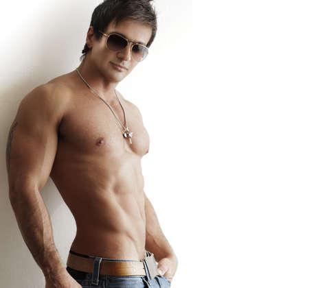 nackte brust: Schöne trendy mächtigen muskulösen Mann gegen weißen Hintergrund mit Kopie Raum Lizenzfreie Bilder