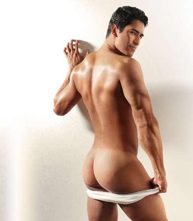 desnudo masculino: Studio retrato del arte de un hombre hermoso por detr�s