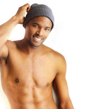 hombre desnudo: Casual retrato de un gran futuro modelo masculino joven sonriendo contra el fondo blanco, con copia espacio
