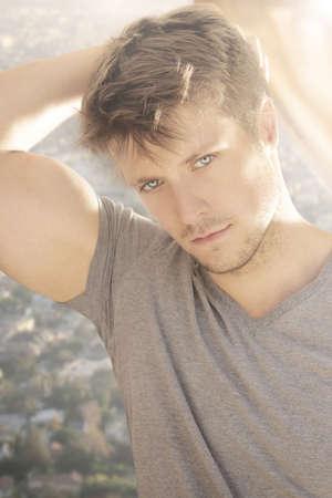 빛의 제비를 가진 아름 다운 젊은 남성 모델의 자연 초상화 스톡 콘텐츠