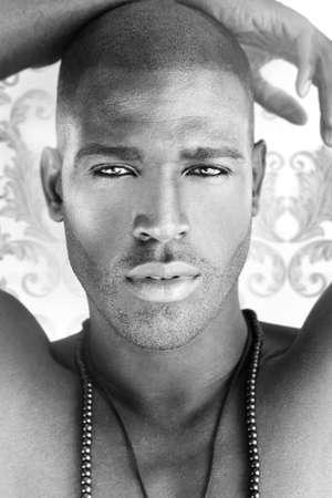 Closeup portrait d'un modèle très beau mâle cool avec haut niveau de détail Banque d'images