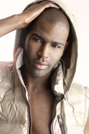 Fermer fashion portrait très détaillé d'un beau modèle masculin sur fond blanc