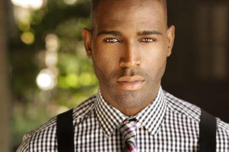 Portrait d'un homme d'affaires très beau jeune homme dans des vêtements à la mode d'affaires