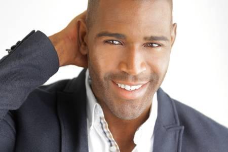 Très détaillée gros plan d'un homme d'affaires prospère sourire sur fond blanc Banque d'images
